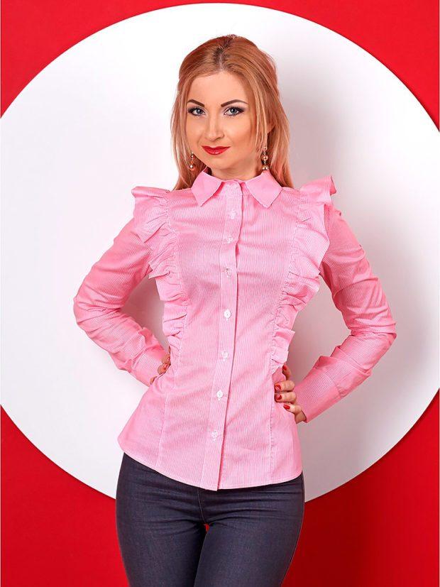 розовая блузка с рюшами