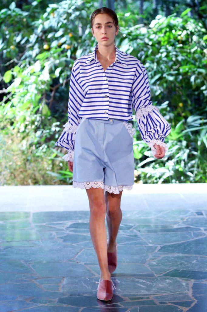голубые шорты по д блузку в полоску с широким рукавом
