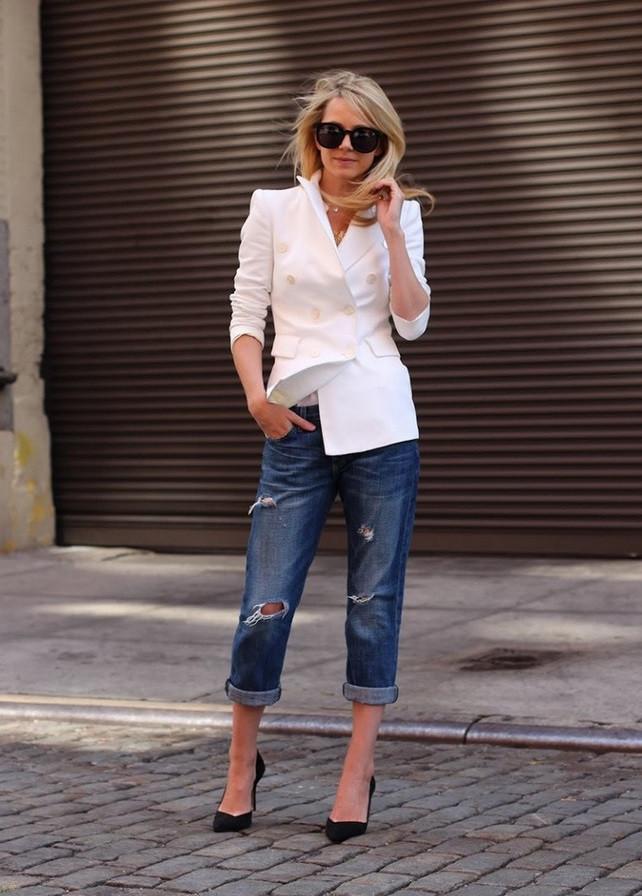 синие короткие джинсы под белый жакет