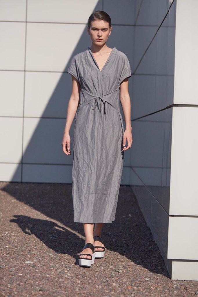 платье серое миди шнуровка спереди