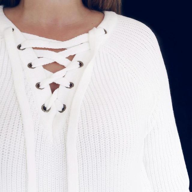 вязаный свитер белый со шнуровкой на груди