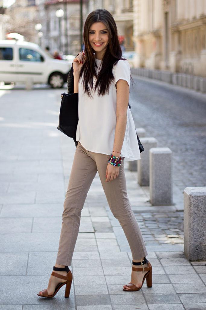 бежевые брюки под футболку белую