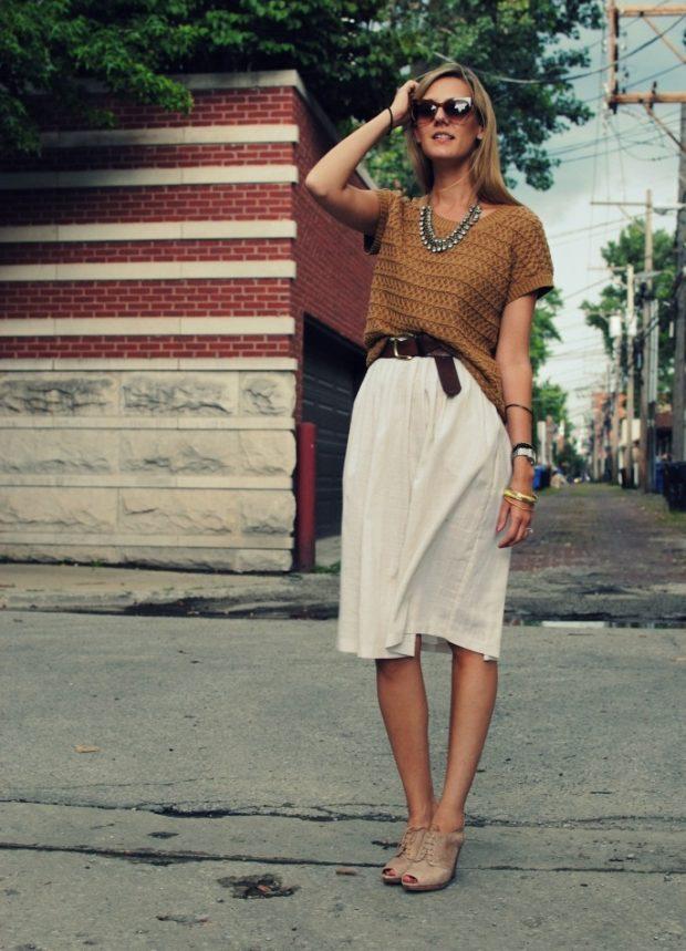 белая юбка по колено футболка коричневая