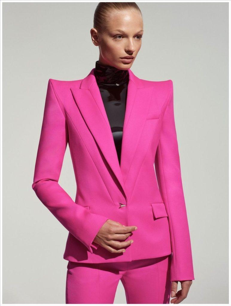 модный розовый цвет в брючном костюме