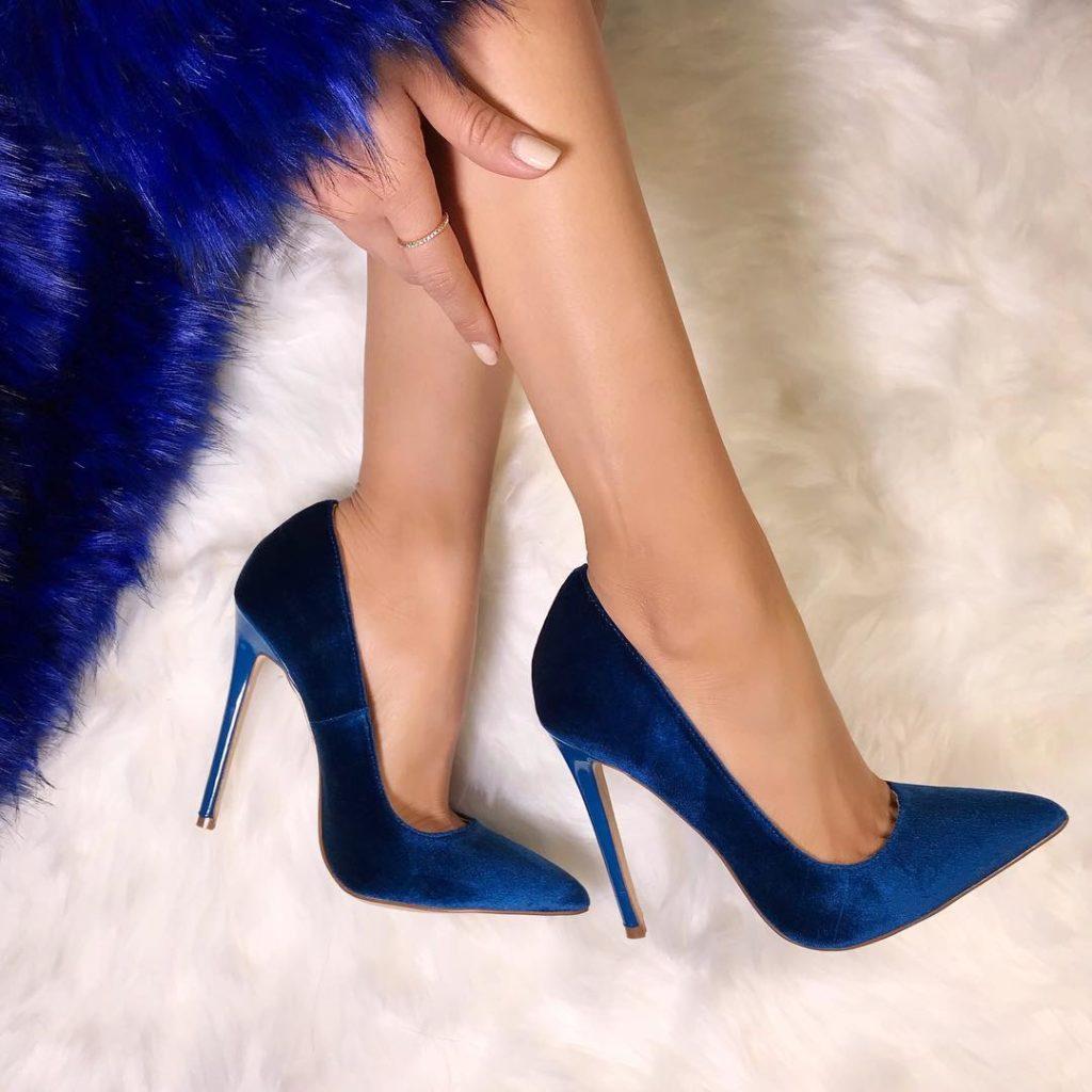 синие туфли на шпильке