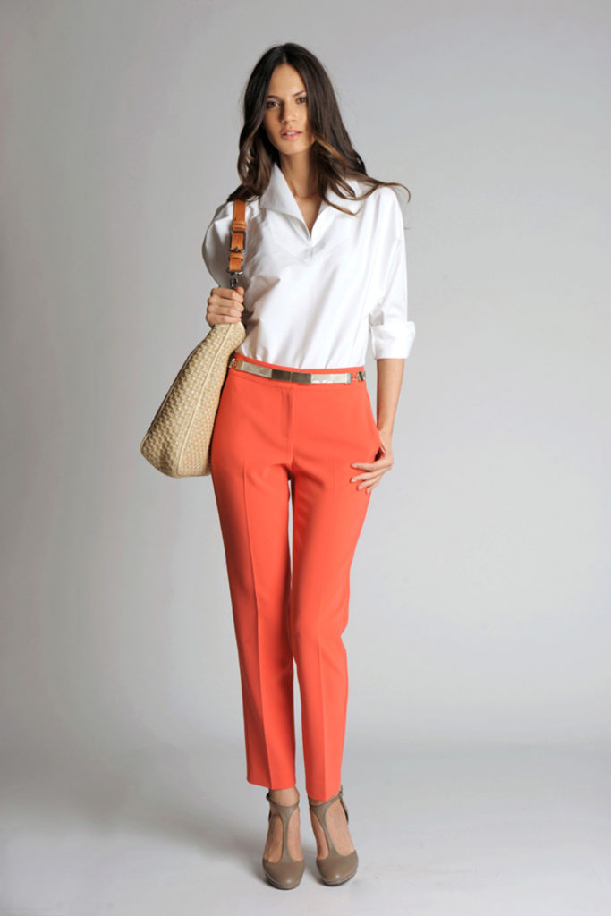 женские брюки весна лето: модные чинос коралловые