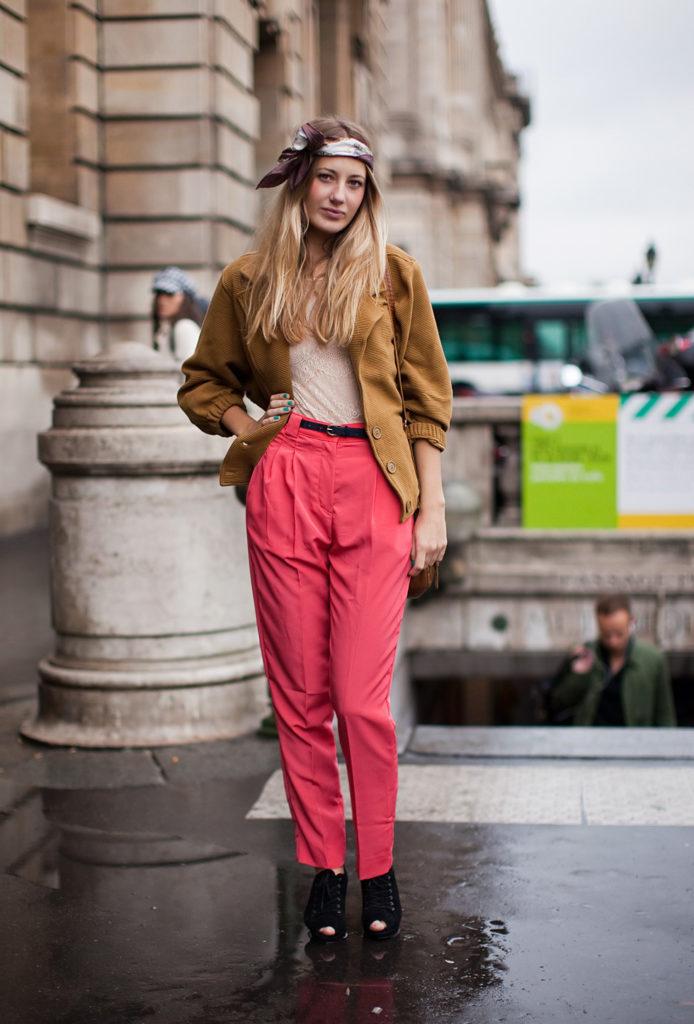модные брюки чинос малиновые