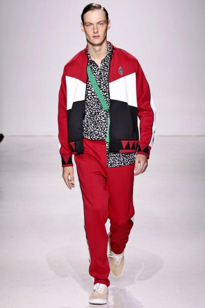 мужские куртки весна 2020: ветровка короткая красная с белым и черным