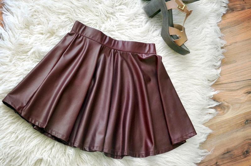 кожаная юбка короткая бордового цвета