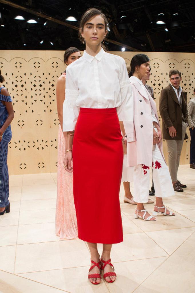юбка-миди красного цвета по фигуре
