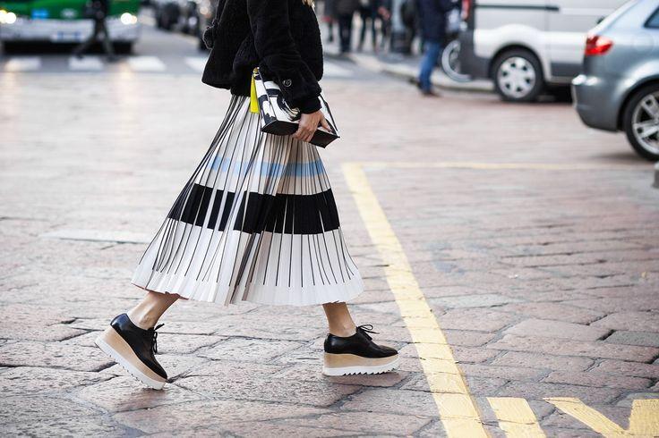 плиссированная юбка серая длина миди с полоской
