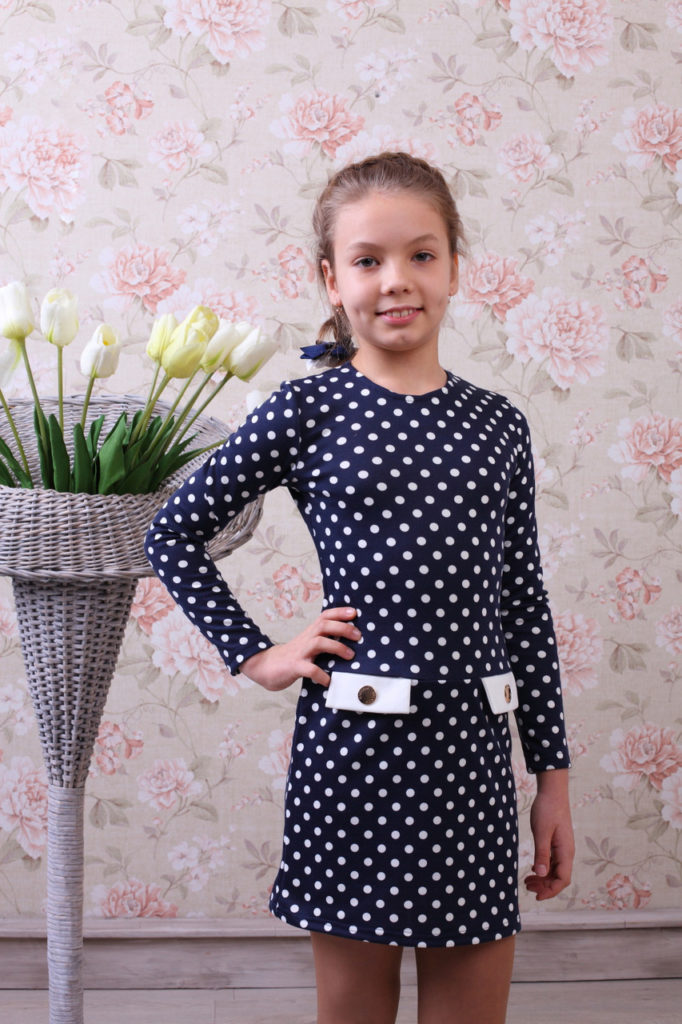 детская мода - синее платье в белый горох для девочек