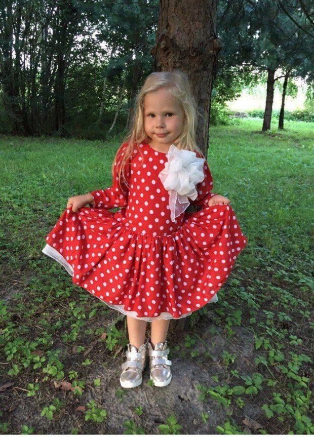 детская мода - красное платье в белый горох для девочек