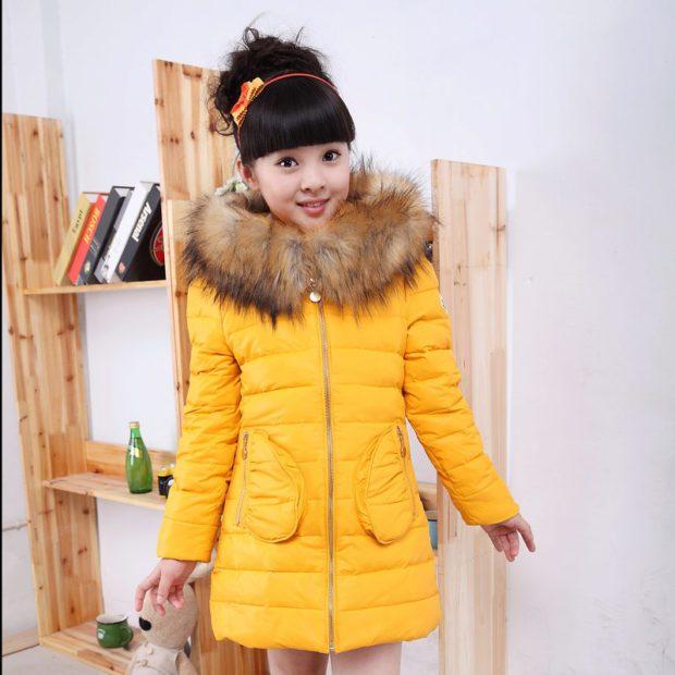 детская мода - желтый пуховик с мехом