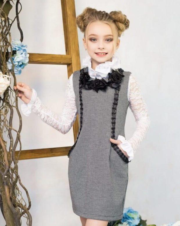 детская мода - серый сарафан с черным декором под белую блузку