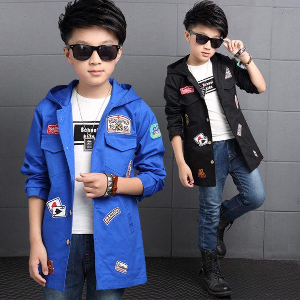 детская мода - синий и черный плащ с нашивками для мальчиков