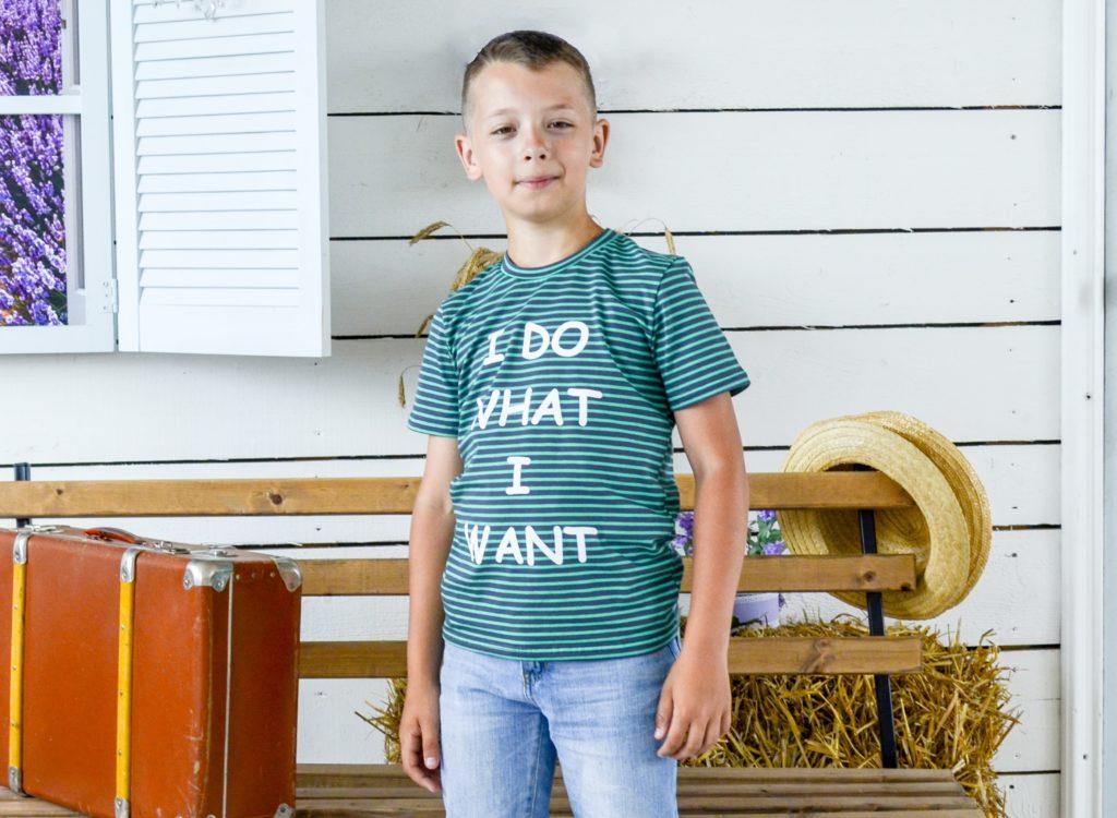 детская мода - зеленая футболка в полоску для мальчиков