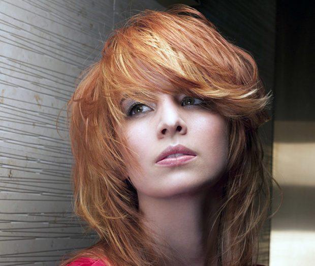 женские стрижки: каскад на среднюю длину волос с косой челкой