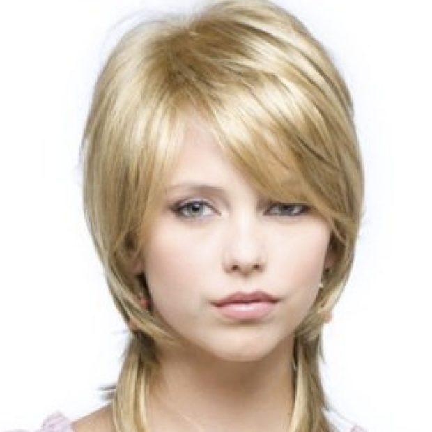 женские стрижки: каскад с косой челкой