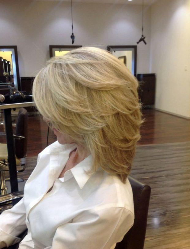 женские стрижки: каскад на среднюю длину волос вид сбоку