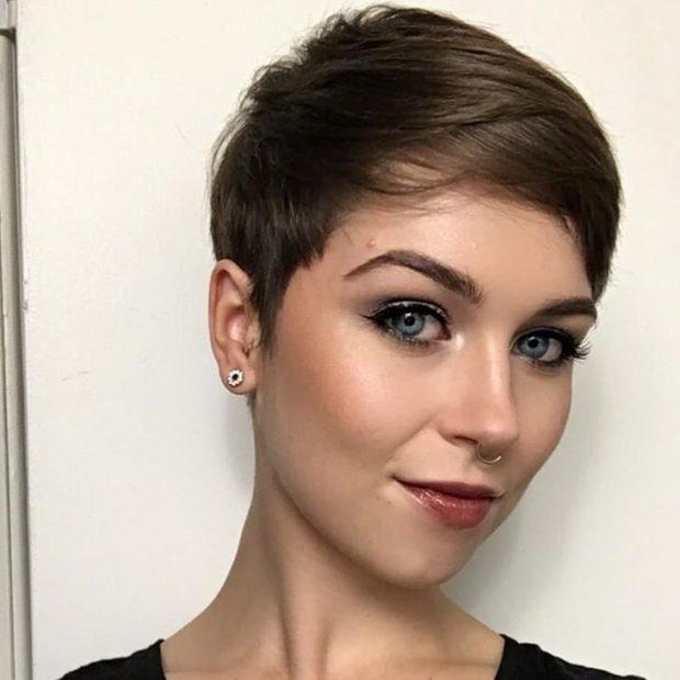 женские стрижки: пикси с косой челкой