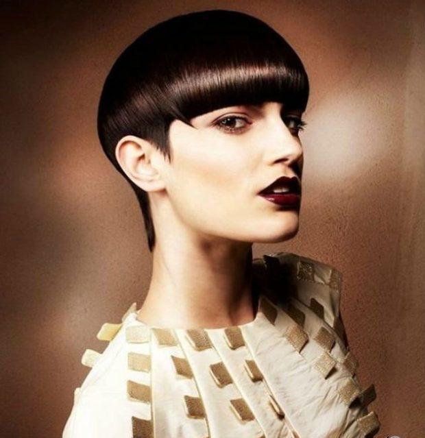 женские стрижки: шапочка на короткие волосы с ровной челкой