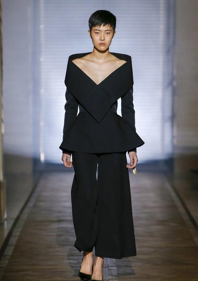 Мода в женской одежде - черный жакет с открытыми плечами под кюлоты в тон