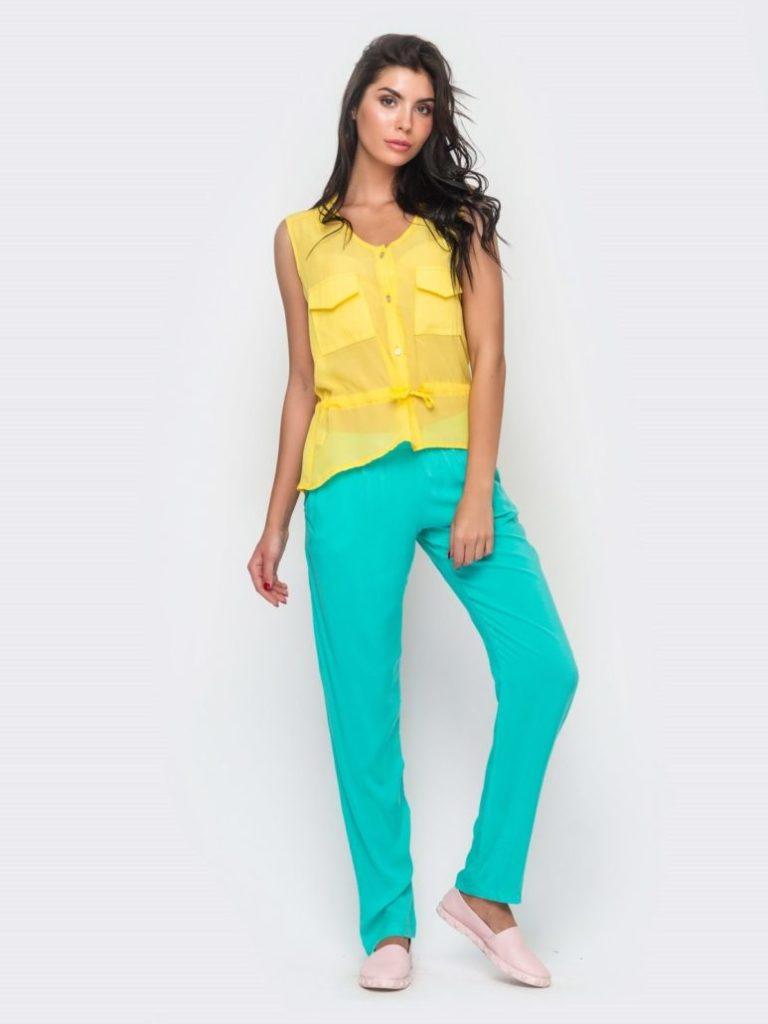 бирюзовые брюки под желтую блузку без рукава