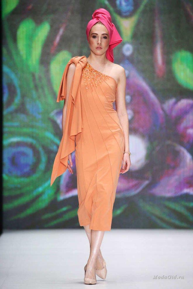 Мода в женской одежде - платье персикового цвета
