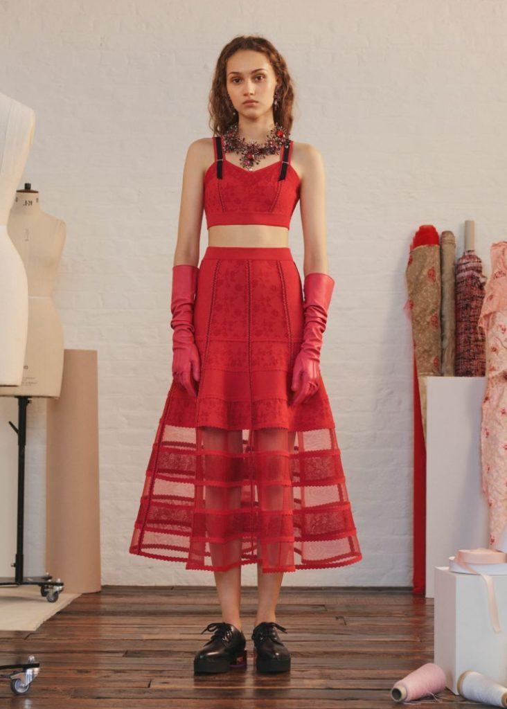 красная юбка и топ в тон