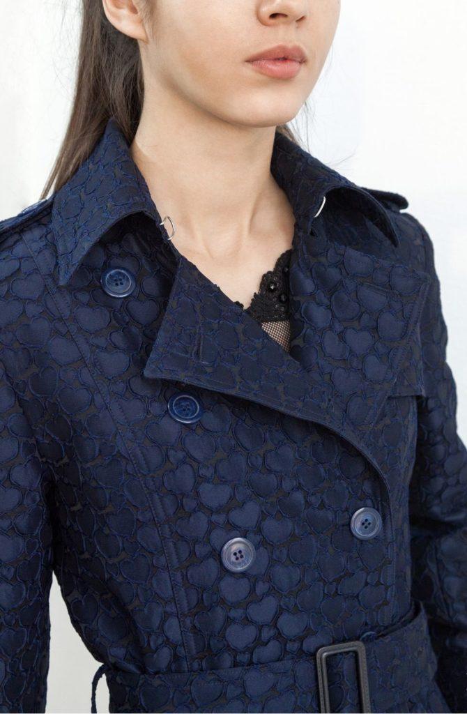 Мода в женской одежде - тренч из фактурной ткани синего цвета