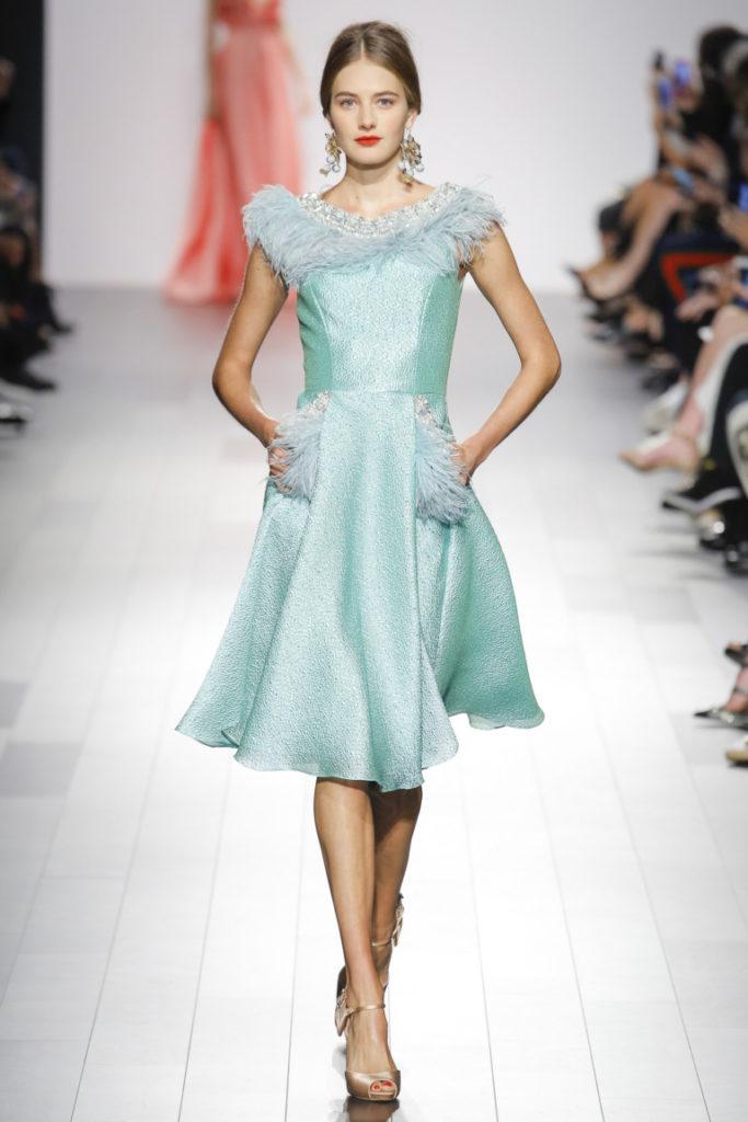 Мода 2019-2020 года в женской одежде - бирюзовое платье