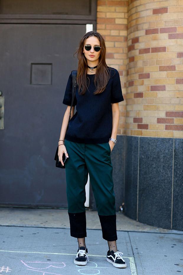 Мода в женской одежде - короткие зеленые брюки