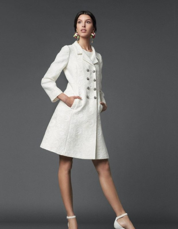 Мода в женской одежде - пальто белое двубортное