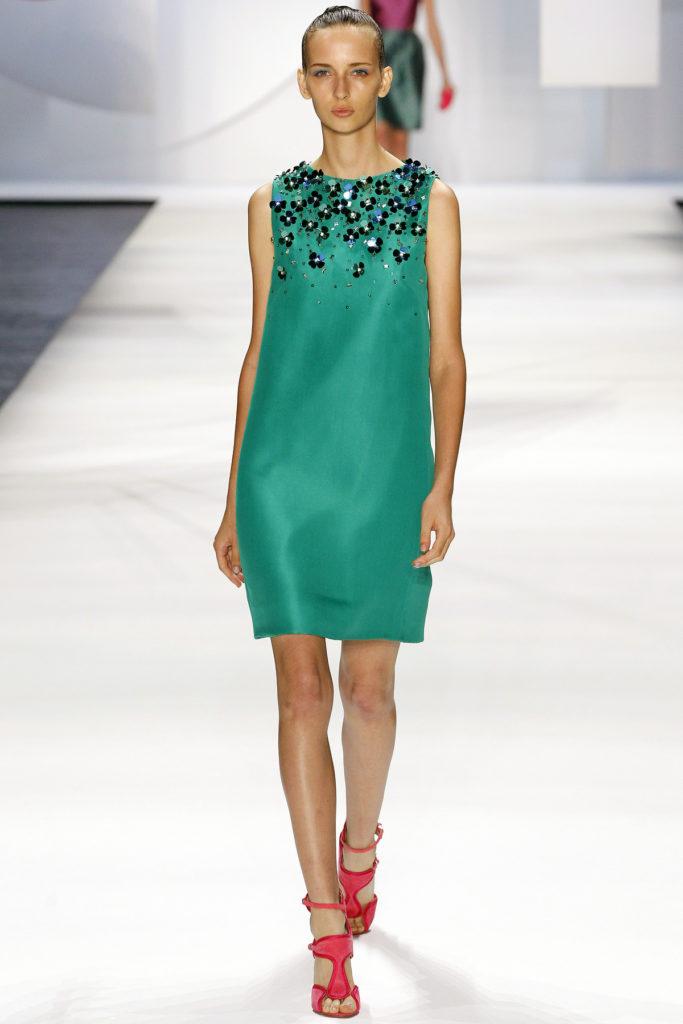 зеленое платье без рукава