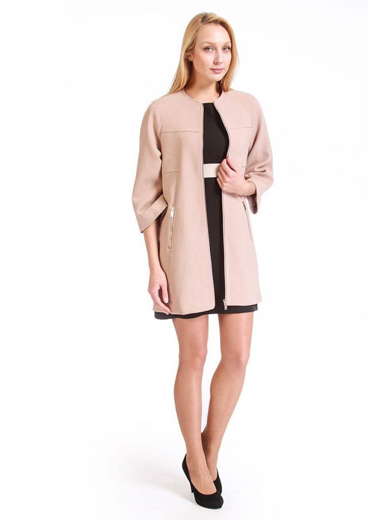 Мода в женской одежде - бежевое пальто трикотажное