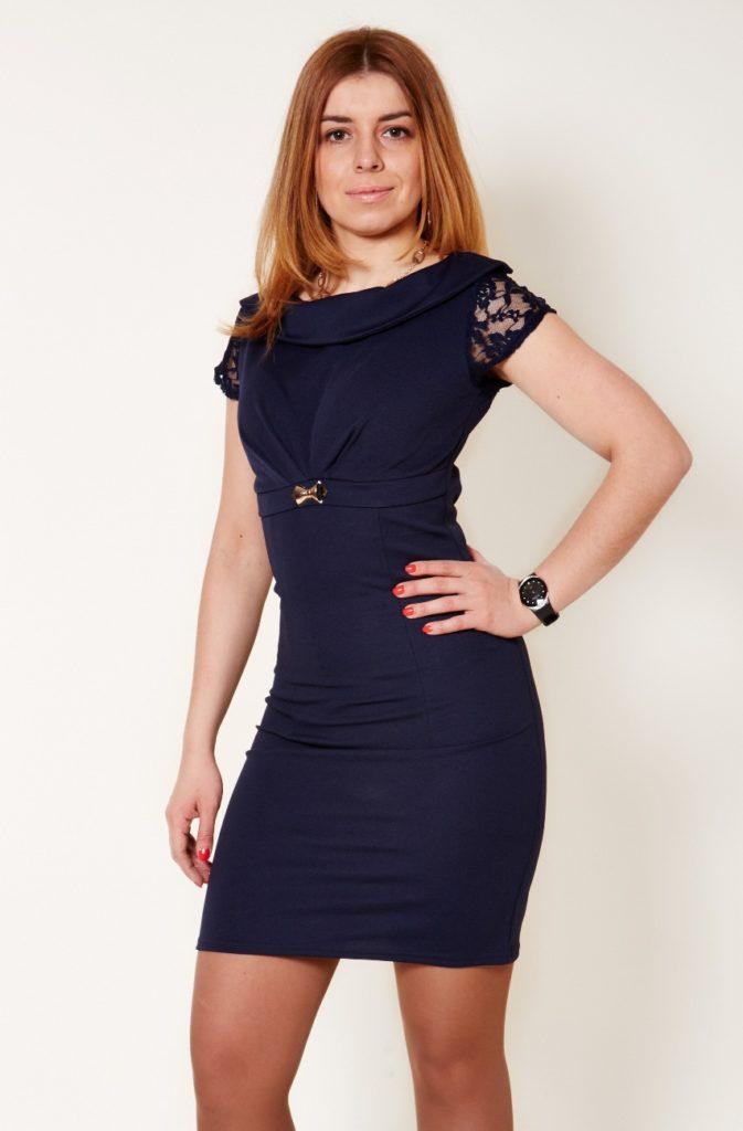 темно-синее платье с коротким ажурным рукавом