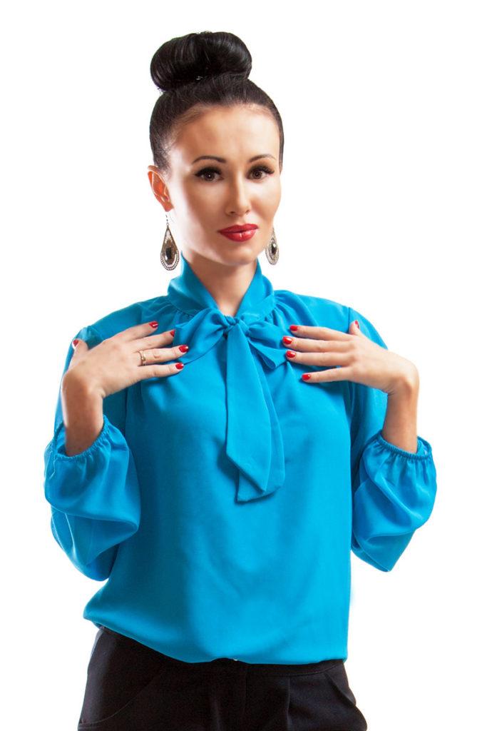 модная женская одежда - голубая блузка с бантом