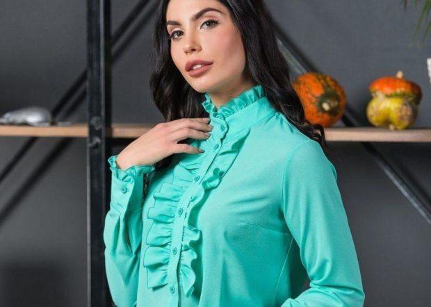модная женская одежда - блузка зеленая с жабо