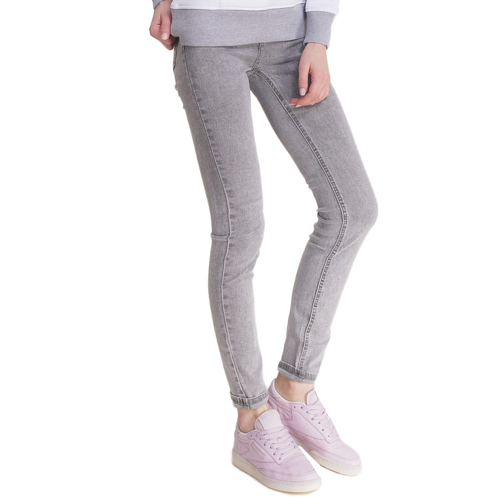 серые джинсы