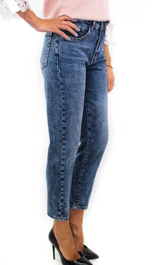 синие джинсы короткие
