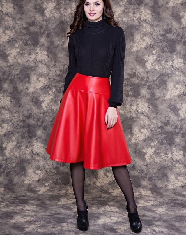 Мода 2019-2020 года в женской одежде - красная кожаная юбка гольф черный