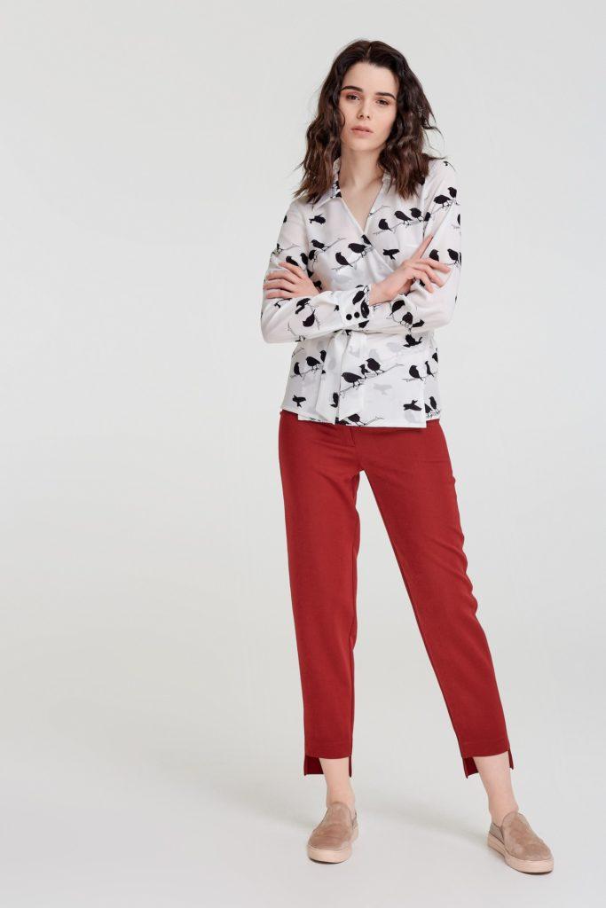 красные короткие брюки