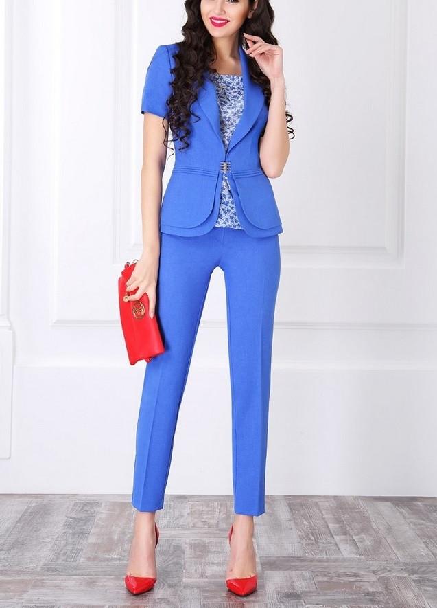 Мода 2019-2020 года в женской одежде - синий брючный костюм