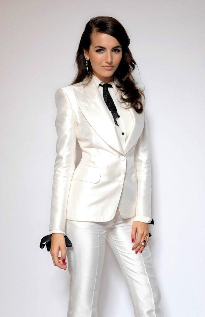 белый брючный костюм
