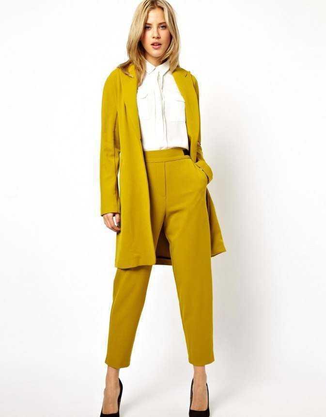 костюм брючный с удлиненным жакетом горчичного цвета