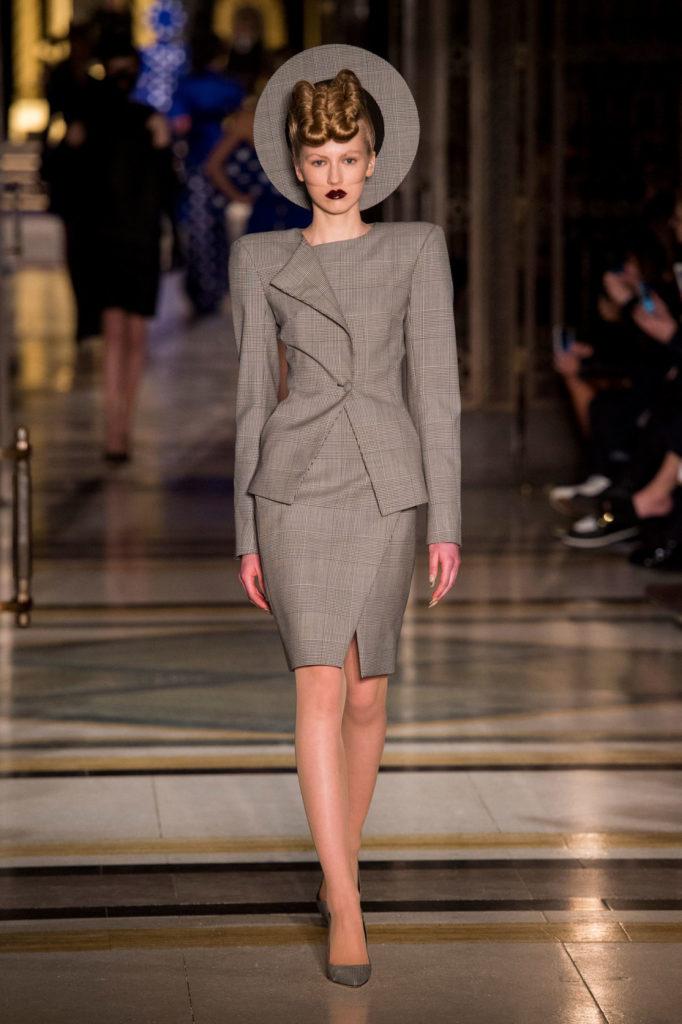 костюм жакет и юбка серо-коричневого цвета