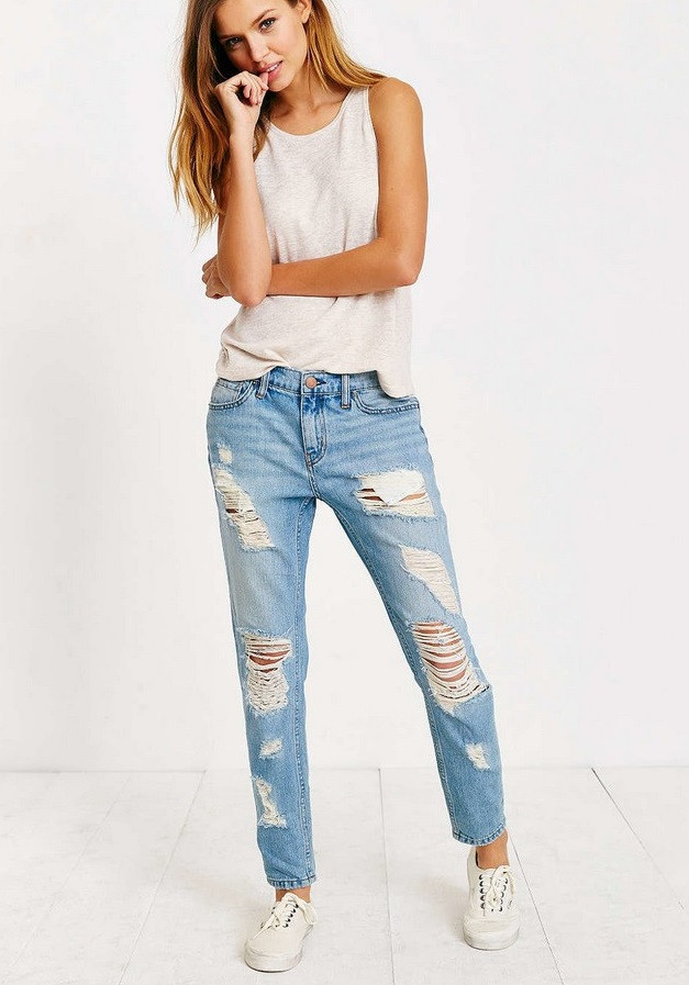 голубые джинсы рваные под майку оверсайз