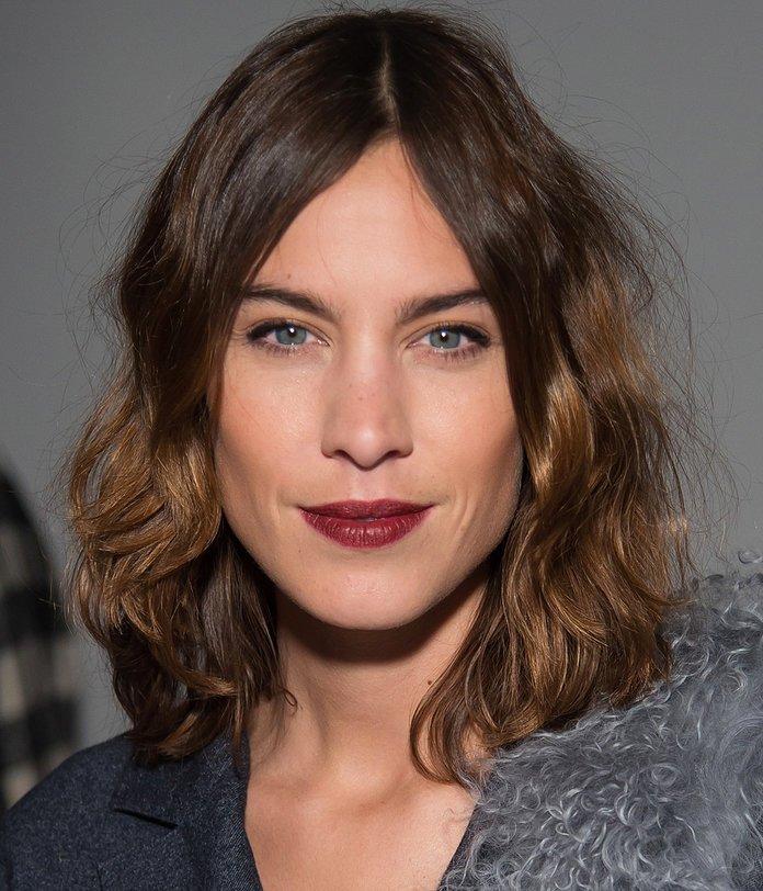 стрижка каскад на среднюю длину волнистых волос