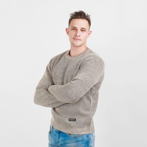 серый свитер под синие джинсы